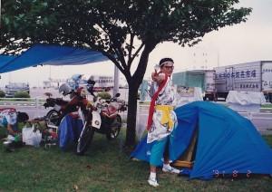 その頃のひとコマ。バイクを乗り入れられるくらい人は少なかった